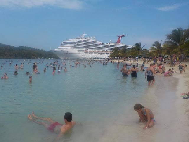 Honduras Mahogany Bay ja turistit