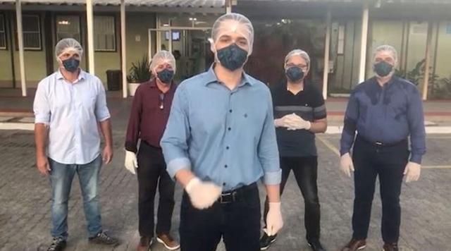 A mando de Bolsonaro, deputados invadem hospital