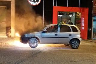 Carro pega fogo em avenida de Campina Grande