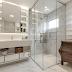 Banheiro branco contemporâneo com detalhes clássicos + cômoda e farmacinha!
