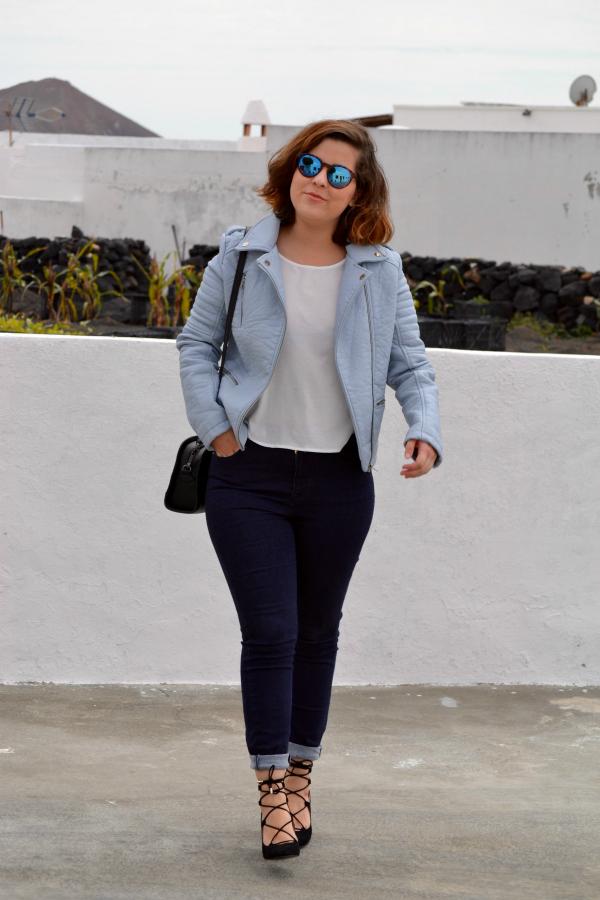 look_cazadora_azul_bebe_celeste_zapatos_cordones_zara_lolalolailo_05