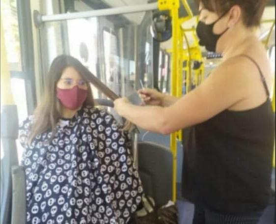 """Cabeleireira corta o cabelo dentro do ônibus; """"Se aqui não tem vírus, vou trabalhar por aqui"""""""