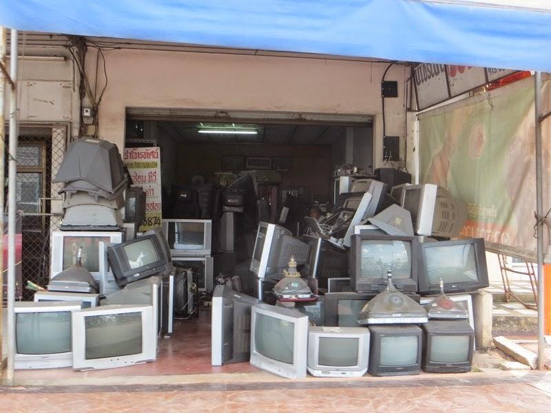 Куча старых телевизоров