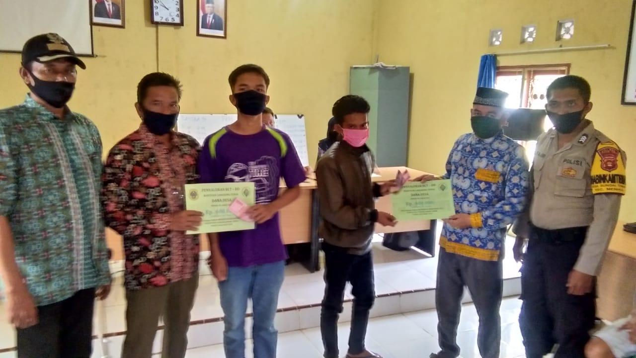 Kepala Desa Sungai Toman Serahkan BLT DD Tahap III