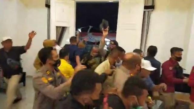 Wagub Meninggal Mendadak, Kapolda Papua dan Sejumlah Pejabat Diserang Massa