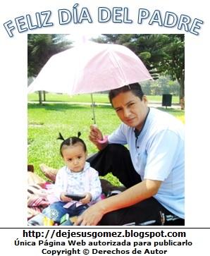 Foto por el Día del padre, papá con su pequeña hija protegiéndola del sol. Foto tomada por Jesus Gómez
