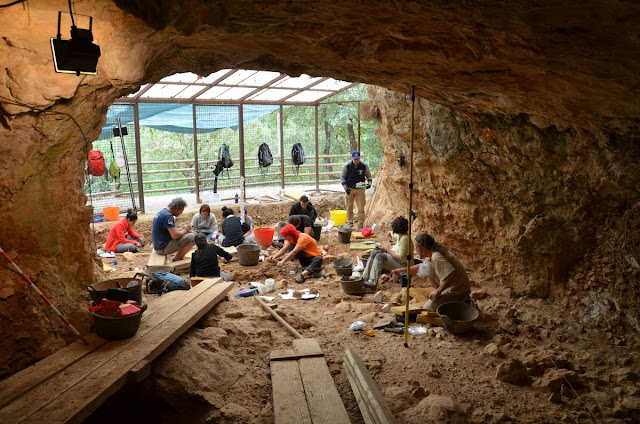 Did Moianès witness Neanderthal extinction?