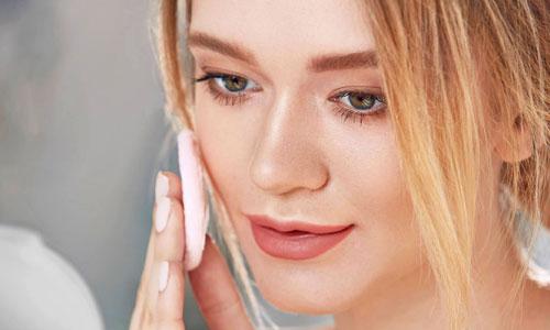 Aplicar polvos de maquillaje para el día