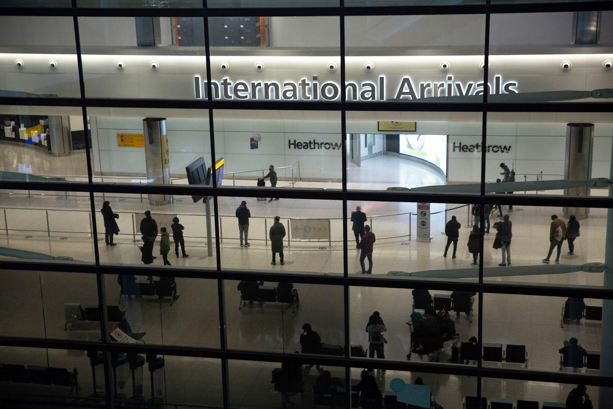 Personas en el área de llegadas del aeropuerto de Heathrow en Londres, el martes, 26 de enero de 2021 / VOA