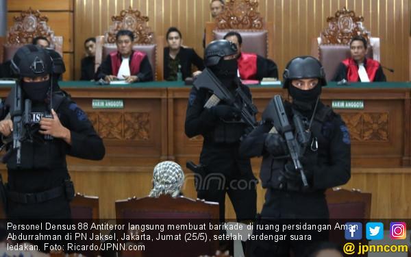 Polisi Minta Pengunjung Sidang Aman Abdurrahman Tiarap