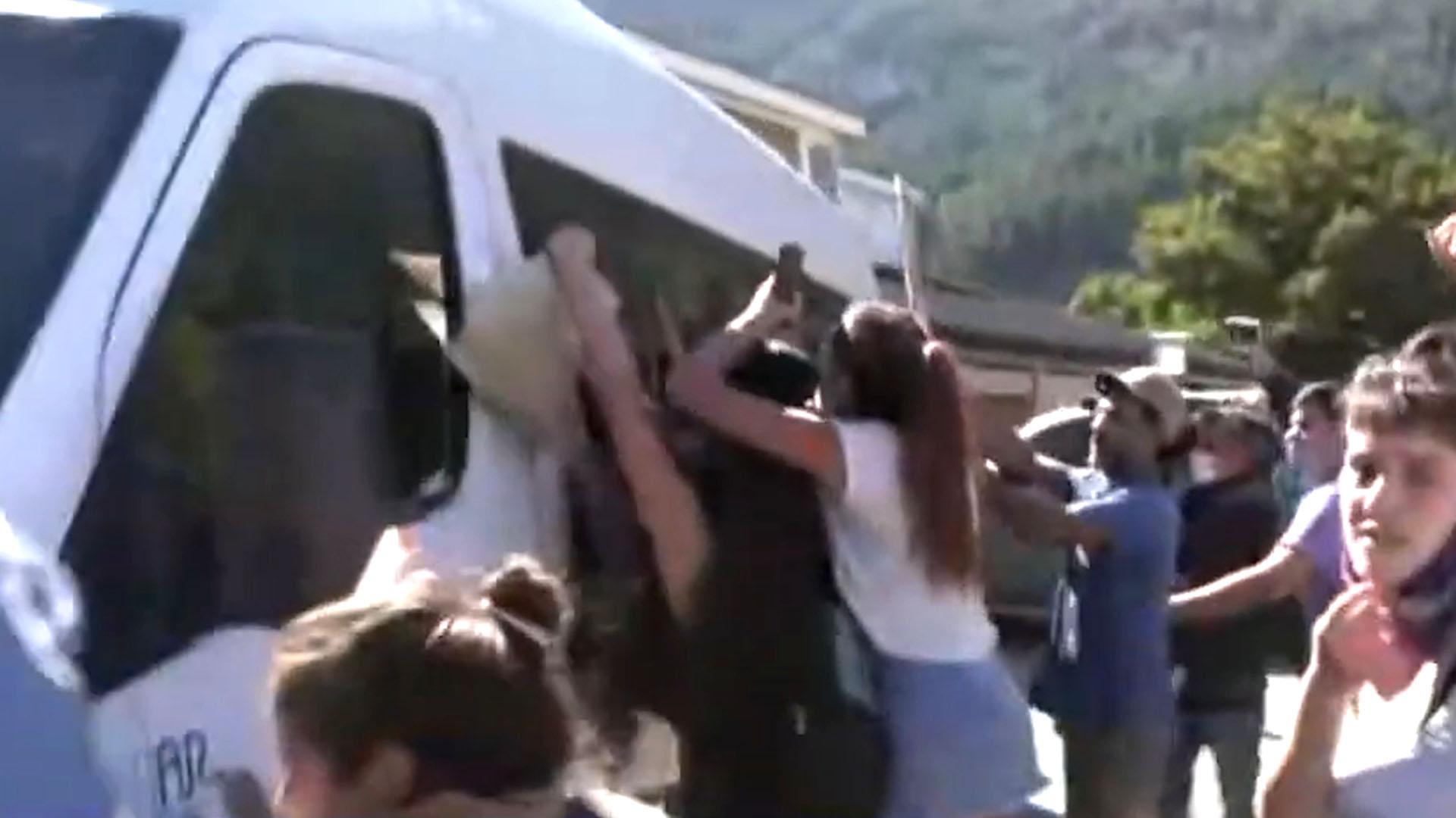 VIDEOS: atacaron a piedrazos la camioneta que trasladaba al Presidente en Chubut
