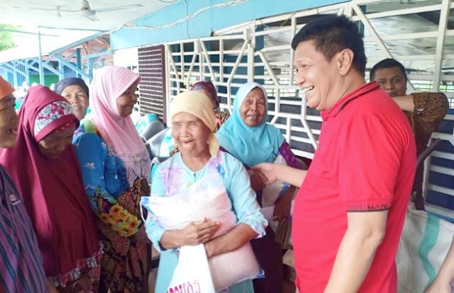 Irwan Basyir Dt. Rajo Alam membagikan beras gratis bantu warga tidak mampu, terutama yang terdampak wabah Covid-19