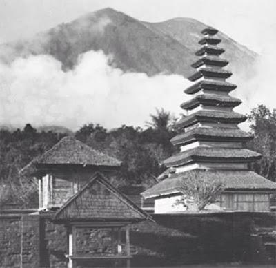 Sejarah Gunung Agung Meletus     Sejarah aktivitas Gunung Berapi (Gunung Agung) memang tidak terlalu banyak diketahui. Catatan sejarah mengenai letusan gunung ini mulai muncul pada tahun 1808. Ketika itu letusan disertai dengan uap dan abu vulkanik terjadi. Aktivitas gunung ini berlanjut pada tahun 1821, namun tidak ada catatan mengenai hal tersebut. Pada tahun 1843, Gunung Agung meletus kembali yang didahului dengan sejumlah gempa bumi. Letusan ini juga menghasilkan abu vulkanik, pasir, dan batu apung.  Sejak 120 tahun tersebut, baru pada tahun 1963 Gunung Agung meletus kembali dan menghasilkan akibat yang sangat merusak. Berdasarkan buku yang dikarang Kusumadinata pada tahun 1979 gempa bumi sebelum letusan gunung berapi yang saat ini masih aktif tersebut terjadi pada 16-18 Februari 1963. Gempa tersebut dirasakan dan didengar oleh masyarakat yang hidup di sekitar Gunung Agung.  Letusan Gunung Agung yang diketahui sebanyak 4 kali sejak tahun 1800, diantaranya : Di tahun 1808 ; Dalam tahun ini dilontarkan abu dan batu apung dengan jumlah luar biasa. 1821 Terjadi letusan normal, selanjutnya tidak ada keterangan. Tahun 1843 Letusan didahului oleh gempa bumi. Material yang dimuntahkan yaitu abu, pasir, dan batu apung.Selanjutnya dalam tahun 1908, 1915, dan 1917 di berbagai tempat di dasar kawah dan pematangny