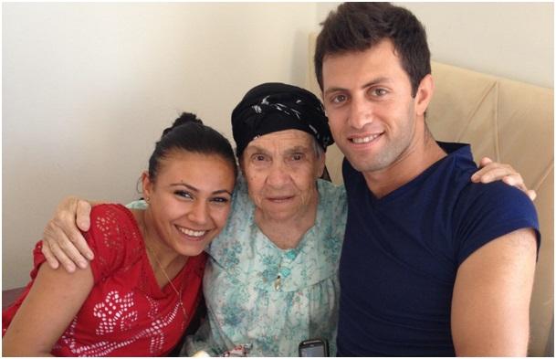 sevgiliyle yaşlıları ziyaret etmek