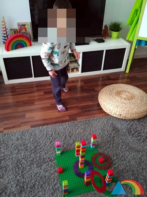 Jugando a juego de puntería hecho con lego