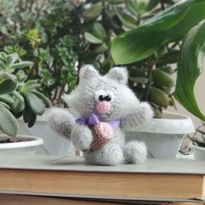 Вязаный кот-воришка крючком