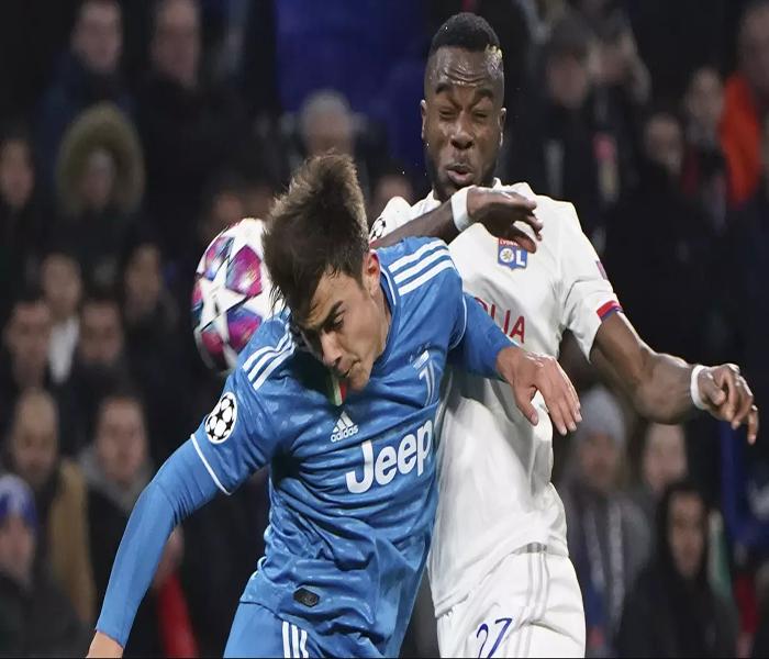 Striker Juventus, Paulo Dybala duel sundulan dengan pemain Lyon Maxwel Cornet pada laga Liga Champions di stadion Parc Olympique Lyonnais, Lyon menang 1-0 atas Juventus.