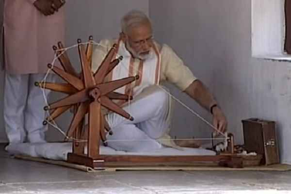 pm-narendra-modi-ne-samarmati-ashram-me-charkha-chalaya