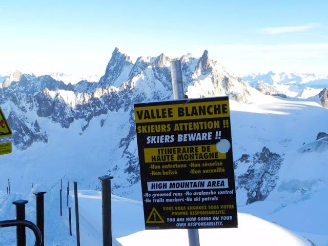 Un panneau indique la limite du domaine skiable à Chamonix.