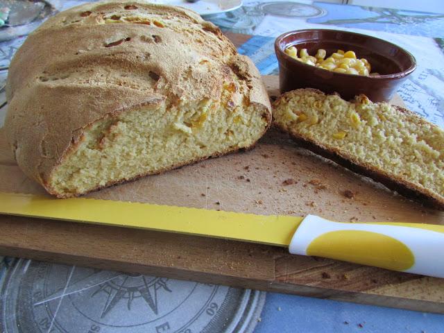 Chleb kukurydziany z ziarnami kukurydzy