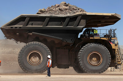 Un camión lleno de piedras y minerales en el interior de la mina de cobre de Esperanza en las cercanías de Calama (Chile), el 30 de marzo de 2011.Ivan AlvaradoReuters