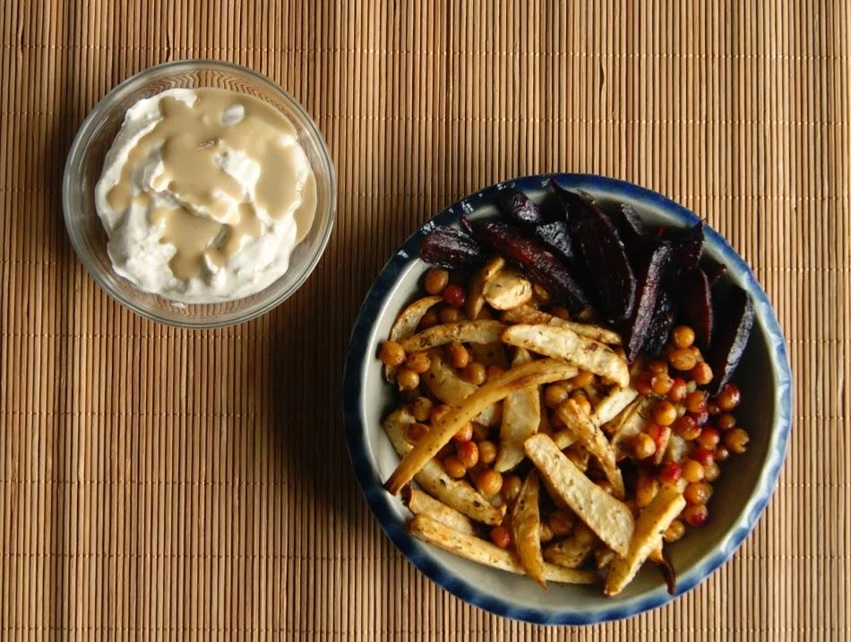 Frytki z selera, pietruszki i buraka z sosem z tahini