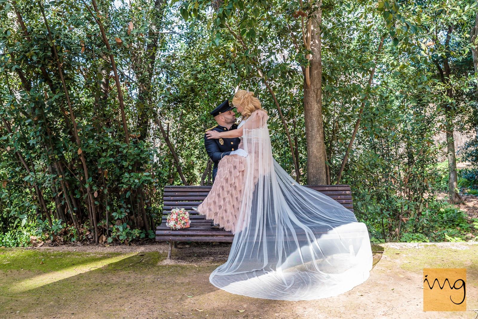Fotografía de boda en los jardines del Carmen de los Mártires.