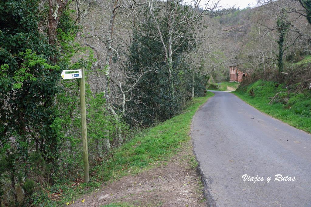 Carretera e indicación a la cascada de Cioyo