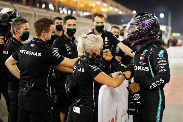 Lewis Hamilton chega em primeiro lugar no Bahrain