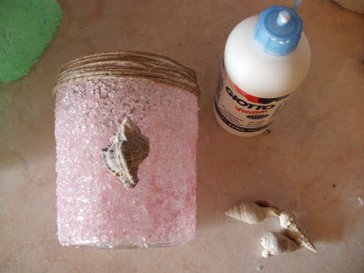 Διακοσμούμε το φαναράκι-κηροπήγιο με αλάτι και κοχύλια.