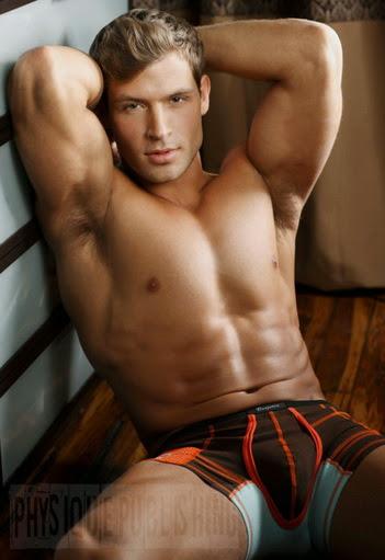 Hermosos hombres desnudos bronceados y afeitados