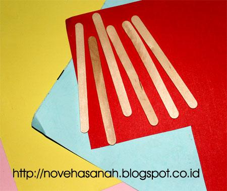 bahan utama: stik es krim dan kertas bekas berwarna untuk membuat prakarya atau kerajinan tangan kipas kecil yang cantik untuk bahan dekorasi kelas