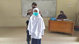 Gabungan Personel Kapolsek Dabo Singkep Bagikan masker gratis ke para Siswa siswi MTSN Lingga