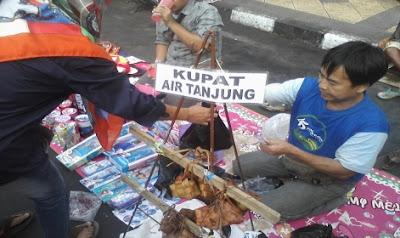 Pedagang ketupat air Tanjung ramai pembeli menjelang Lebaran. Foto : Situs Pemkot Tasikmalaya.. http://tasikmalayakota.go.id/berita-448-kupat-air-tanjung-ketupat-asli-kota-tasikmalaya.html