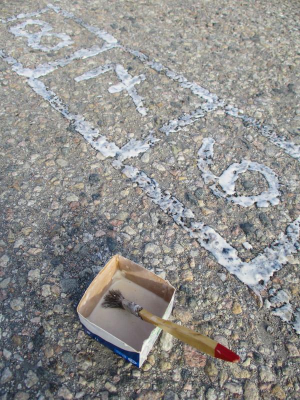 Lukuruudukon maalaus katumaalilla asfaltille