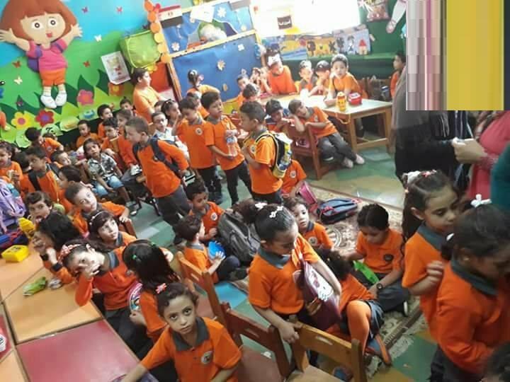 """بالصور معلمات رياض الاطفال لوزارة التعليم اغيثونا """" اطفال يفترشون الارض 60 طفل بالقاعه ومثلهم 60 طفل فى غرفة الانشطه """""""
