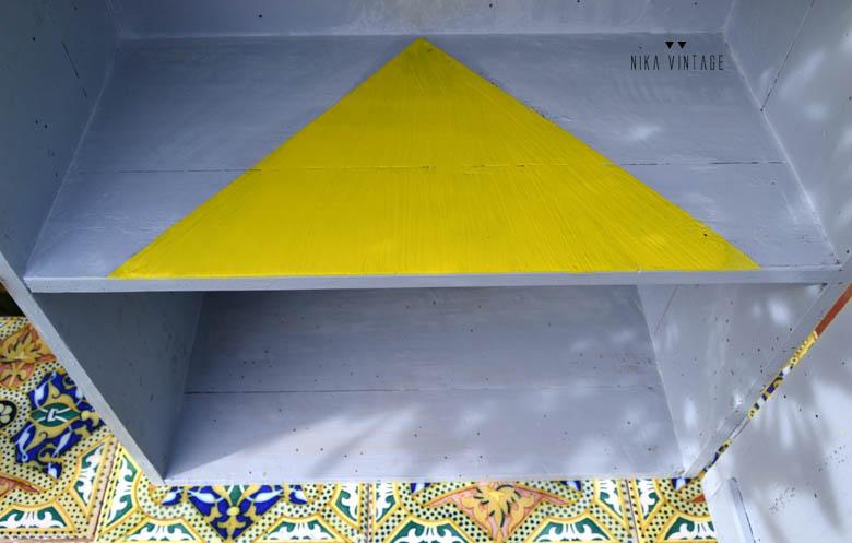 Diy y transformacion de una vieja caja de madera en una bonita mesilla estanteria de noche en color amarillo, para desafio color
