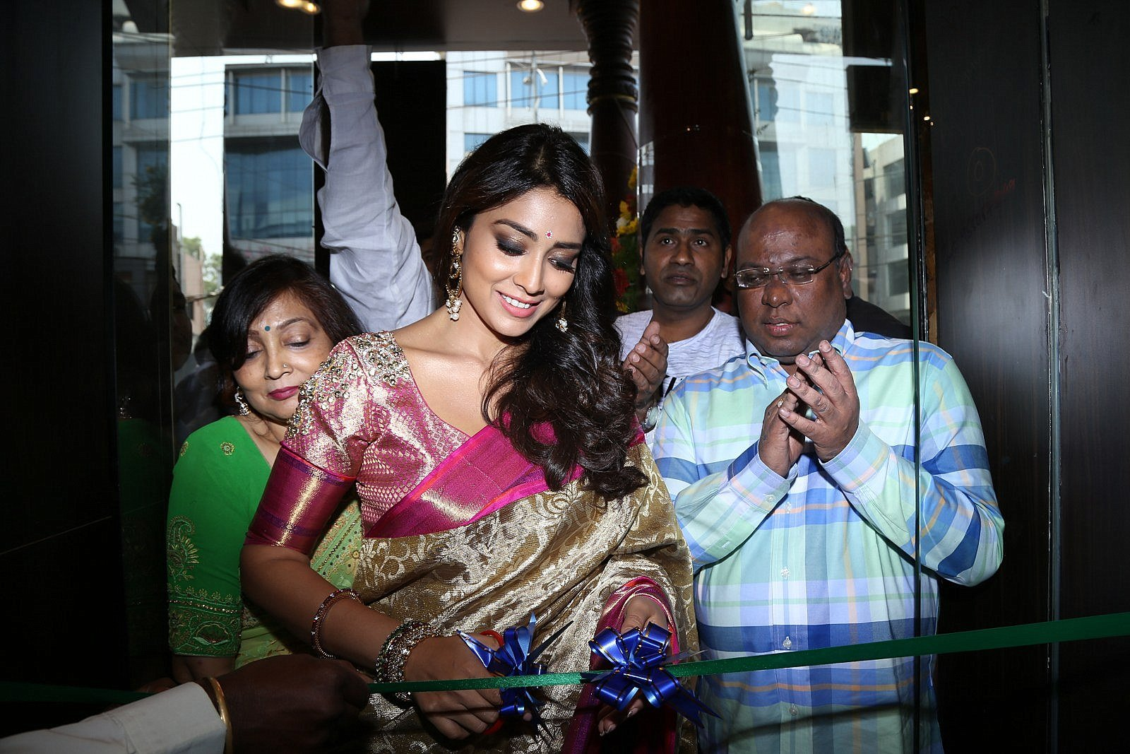 Shriya Saran Looks Super Hot in Saree At Kkancheepuram VRK Silks in Hyderabad ❤ ❤  ❤