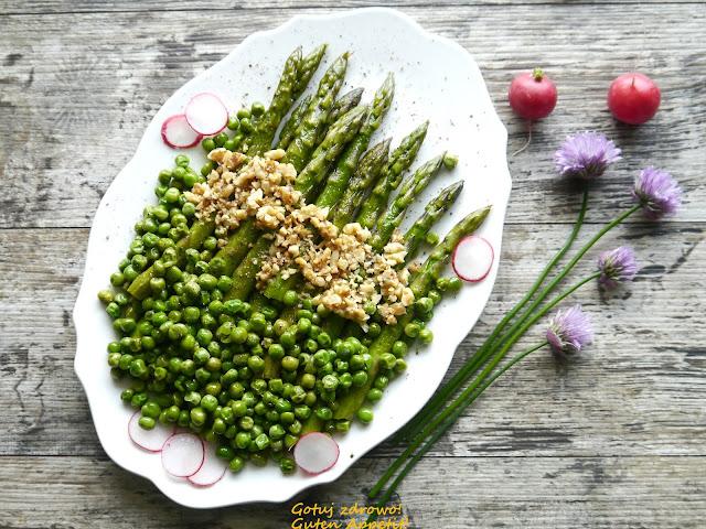 Zielone szparagi z zielonym groszkiem i orzechami włoskimi - expresowa sałatka - Czytaj więcej »