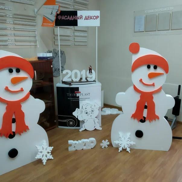 Снеговики,снежинки из пенопласта Симферополь,порезка пенопласта,Новогодние украшения витрин,