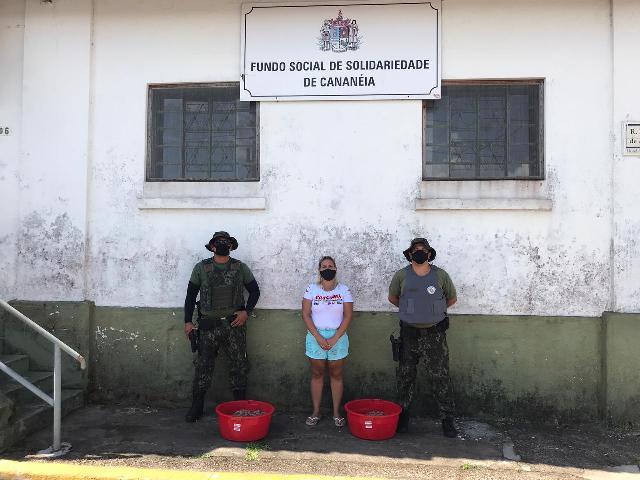 POLICIAMENTO AMBIENTAL MARÍTIMO FLAGRA PESCA IRREGULAR EM CANANÉIA