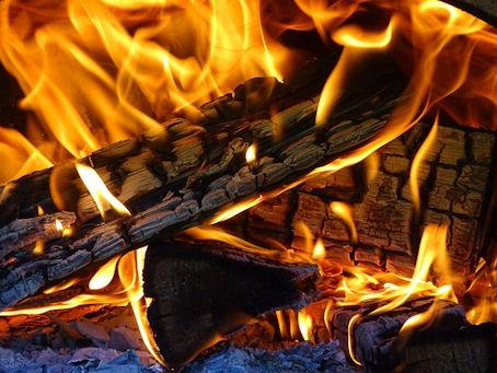 Hyvin syttyneen tulen liekkien leikittelyä...