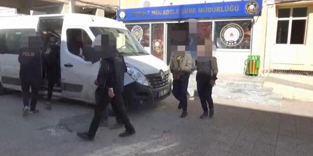 Türkiye'ye girmeye çalışan Suriye uyruklu 8 kişi  yakalandı.Aralarında bulunan terör örgütü PKK/YPG üyesi bir kişinin çantasında 4 kilo patlayıcı ele geçirildi.