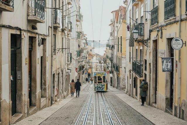 Thường bị bỏ qua trong danh sách điểm đến của các khách du lịch trước đây nhưng Lisbon đang dần thay đổi và trở thành một thành phố được yêu thích trong những năm gần đây. Ngoài đi tắm nắng và dạo quanh thành phố với lối kiến trúc tuyệt đẹp thì việc ngắm hoàng hôn từ khu Miradouro da Senhora do Monte sẽ khiến bạn không khỏi lặng người. Nếu là người đam mê mua sắm thì trung tâm thương mại Amoreiras hiện đại rực rỡ sắc màu đúng là thiên đường!