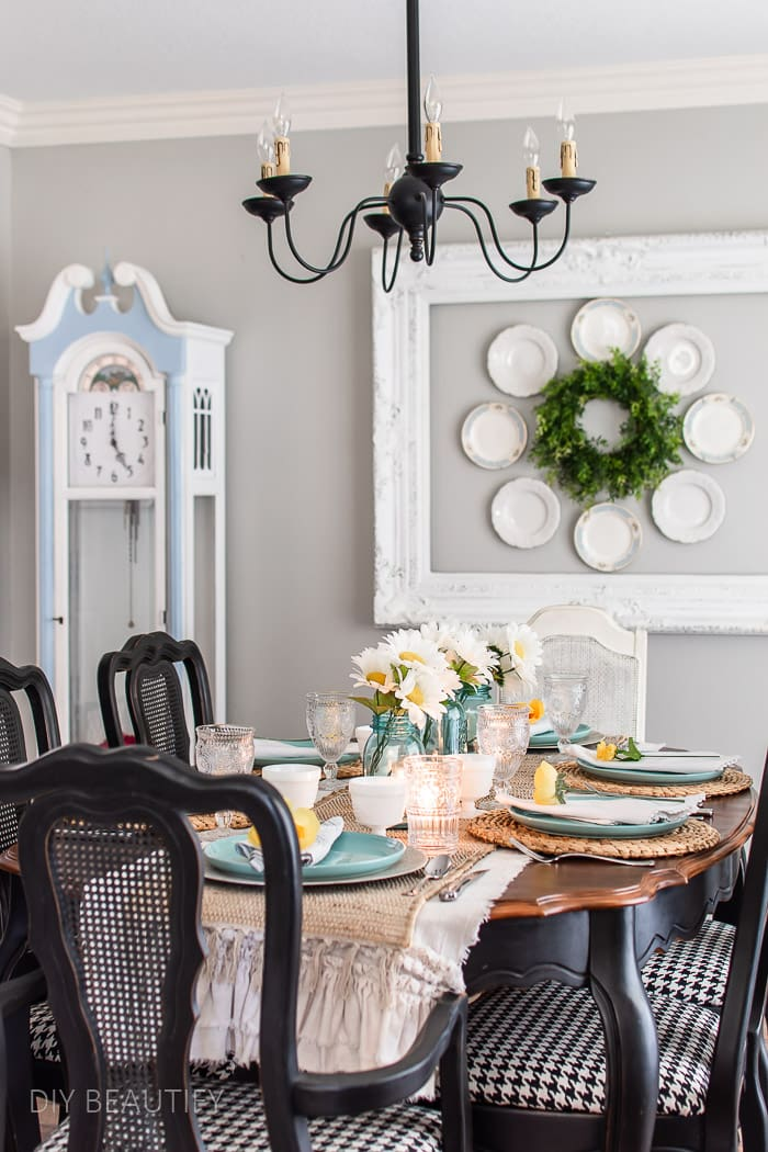 summer decorated dining room in beachy colors