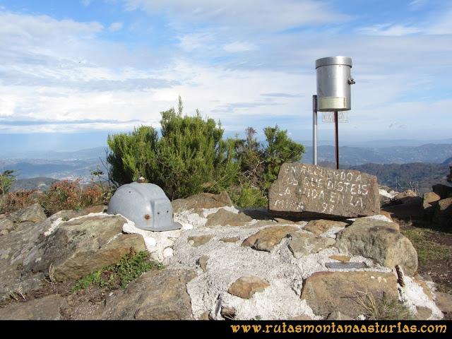 Ruta al San Justo o Cogollu: Buzón con casco minero en el pico San Justo