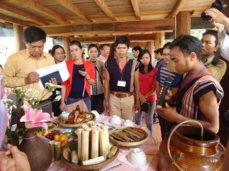 Cơm lam được cắt thành từng khúc ngắn đặt lên mâm cơm trong Lễ hội của ĐBDTTS Kon Tum