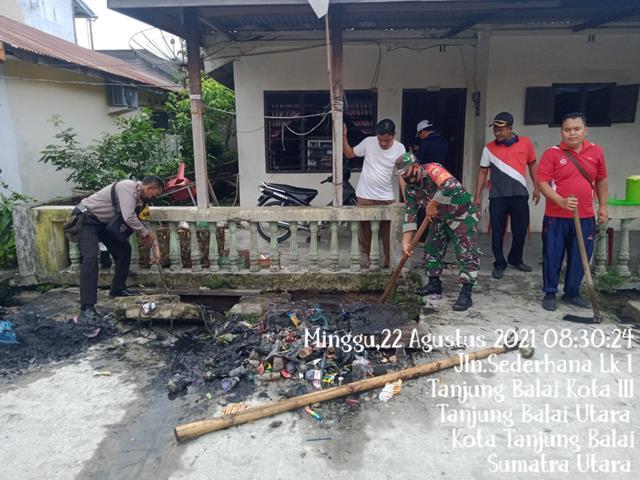 Jalin Kebersamaan, Personel Jajaran Kodim 0208/Asahan Melaksanakan Gotong Royong Membersihkan Parit