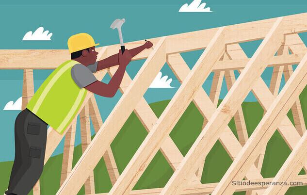 Carpintero construyendo una casa de madera