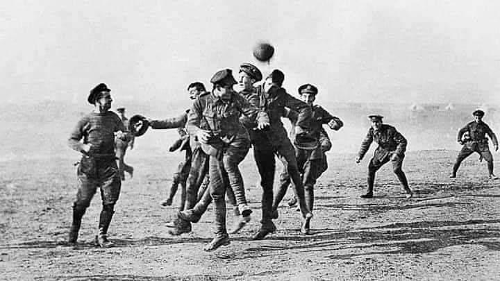 Yang Tersisa dari Perang Dunia, Tentara Jerman dan Inggris Main Bola Bersama
